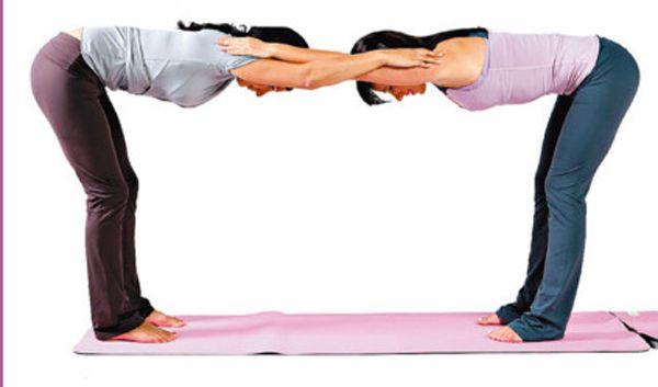ejercicios de yoga en pareja