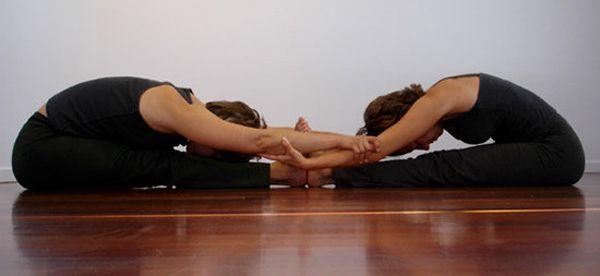 Yoga en pareja posturas de estiramiento