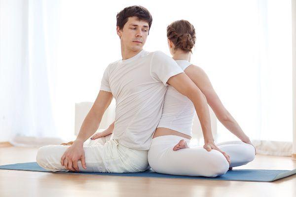 Postura de yoga en pareja para principiantes