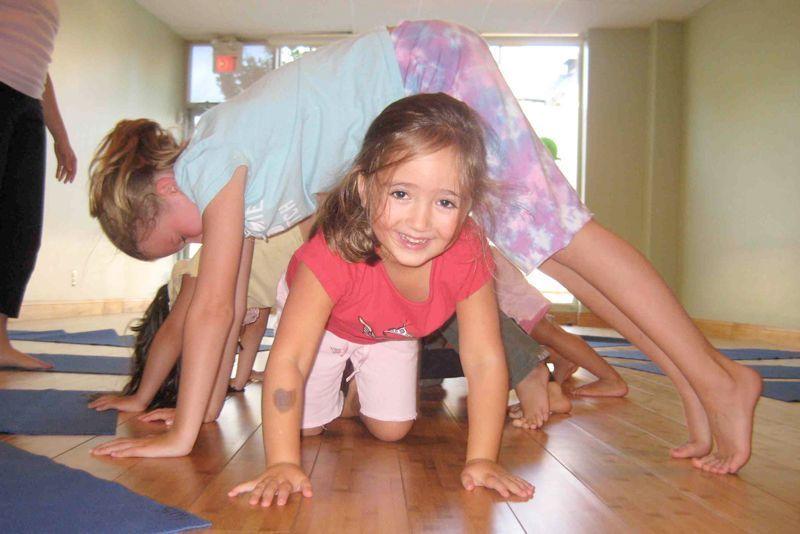 yoga para niños. Ejercicio del túnel del perro
