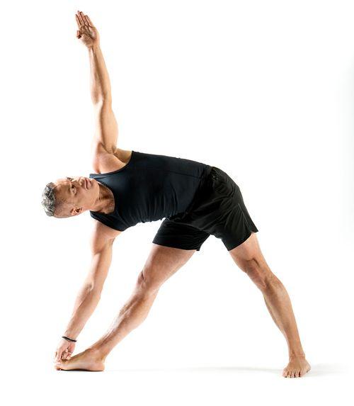 John-Thurman haciendo yoga