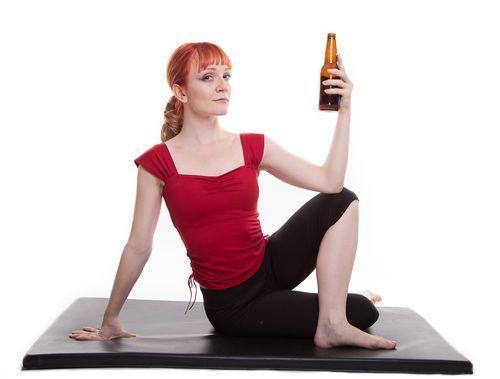 el Rage yoga o yoga de la ira se celebra con cerveza