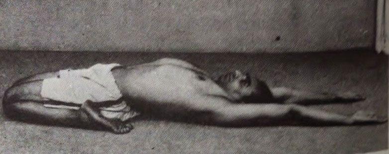Iyengar haciendo la postura Supta Virasana