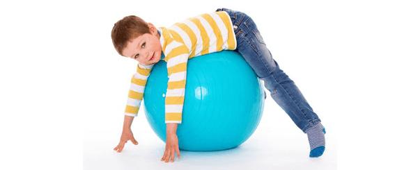 Ejercicio de fitball para estirar la espalda