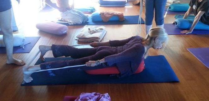 Las cintas de Yoga te servirán para hacer la Postura del Saltamontes