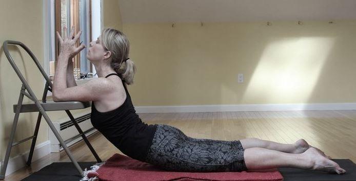 La Silla de Yoga sirve tanto para flexibilizar la espalda como las piernas