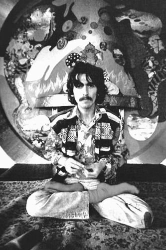 George Harrison, de The Beatles, realizando la Padmasana