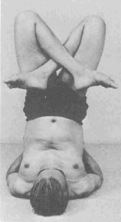 Iyengar practicando la Urdhva Padmasana en Sarvangasana