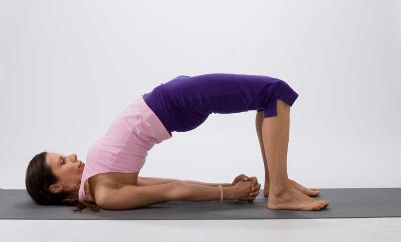 postura de yoga del puente para hacer yoga en casa