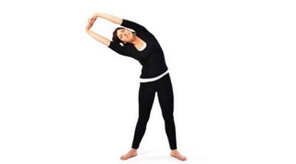 Postura media luna yoga
