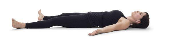 Savasana es una de las mejores posturas de Yoga para relajarse