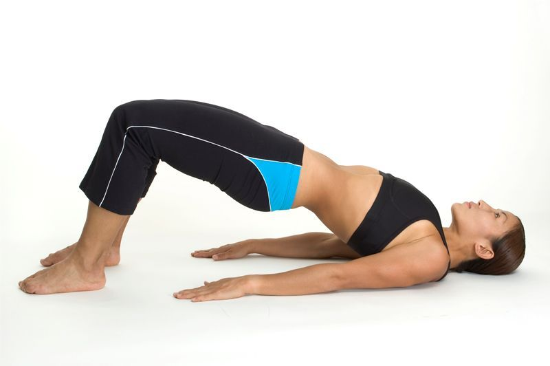 Postura para adelgazar piernas: el puente