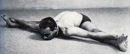 Iyengar haciendo la postura Upavistha Konasana