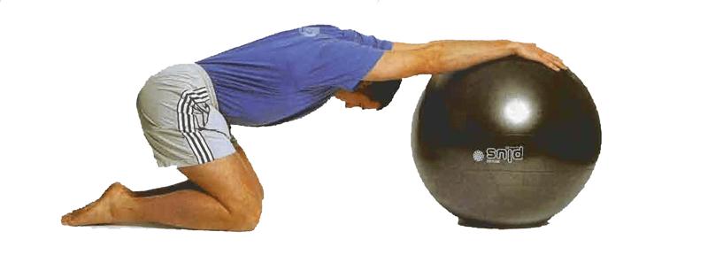 ejercicio estiramiento de hombros con pelota