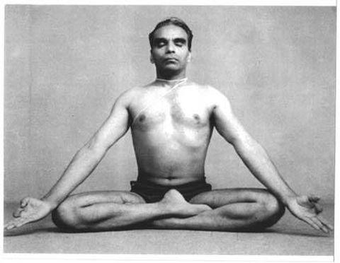 El maestro BKS Iyengar mostrando cómo hacer la Siddhasana
