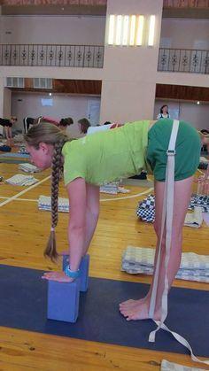La cinta y el bloque de Yoga son buenas ayudas para hacer Posturas de Yoga como la Padahastasana