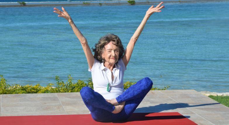 Tao Porchon-Lynch, la instructora de Yoga de 96 años, con la movilidad de una niña.