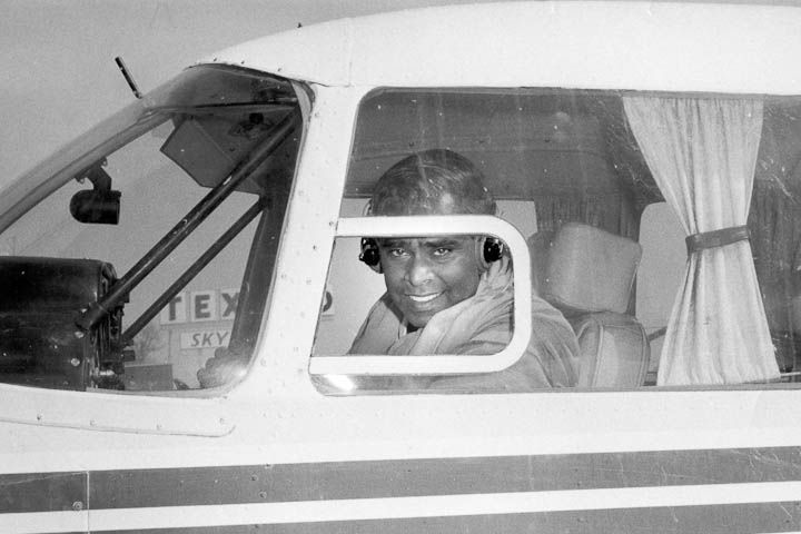 Swami Vishnudevananda en la cabina del Avión para la Paz