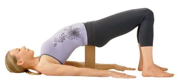 Setu Bandha Sarvangasana con bloque de Yoga