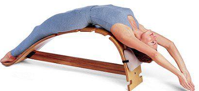 Este banco de Yoga de madera es ideal para practicar asanas en las que se arquea la espalda